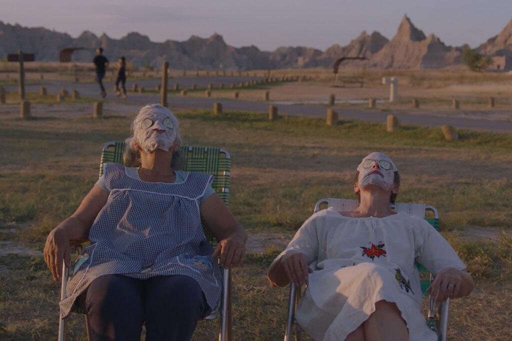Frances McDormand e Linda May in una scena del film Nomadland