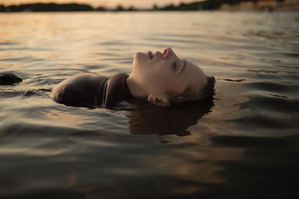 unorthodox: scena del lago